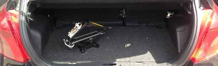 Podnośnik samochodowy w bagażniku samochodu