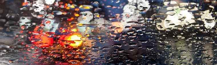 Deszcz na przedniej szybie samochodu
