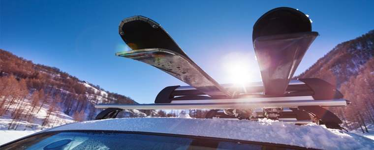 car with roof rack and skis
