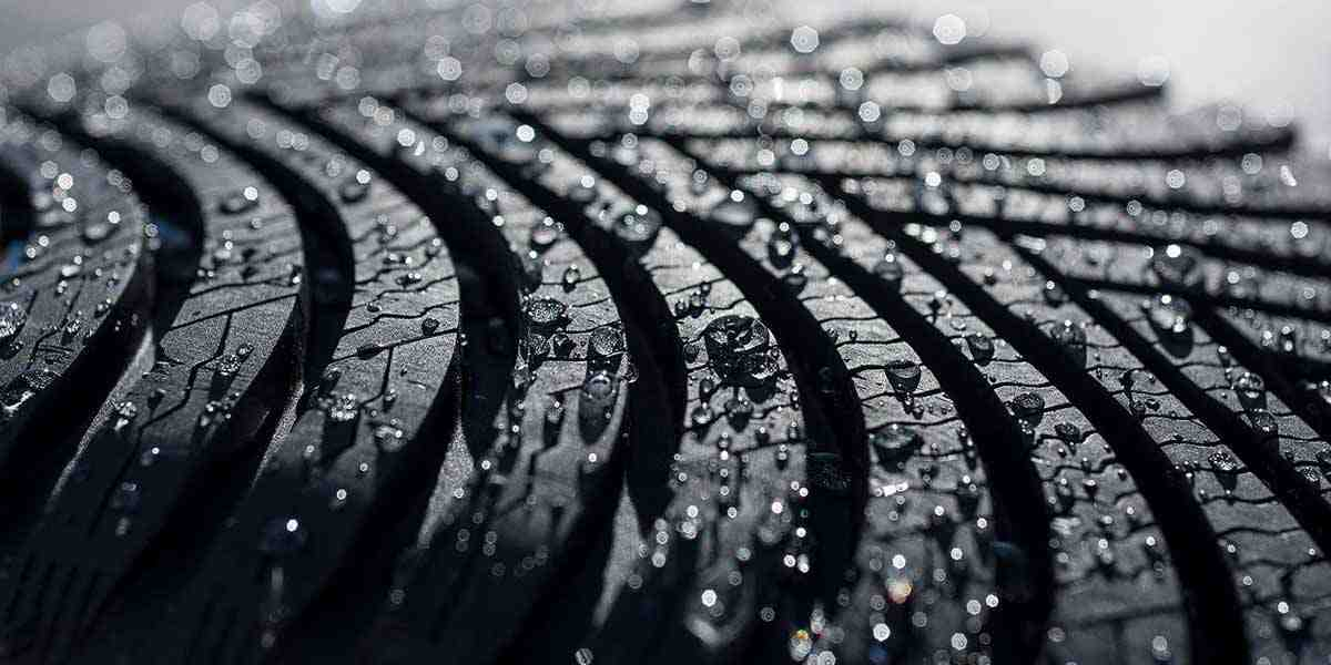 Tyre tread with water droplets